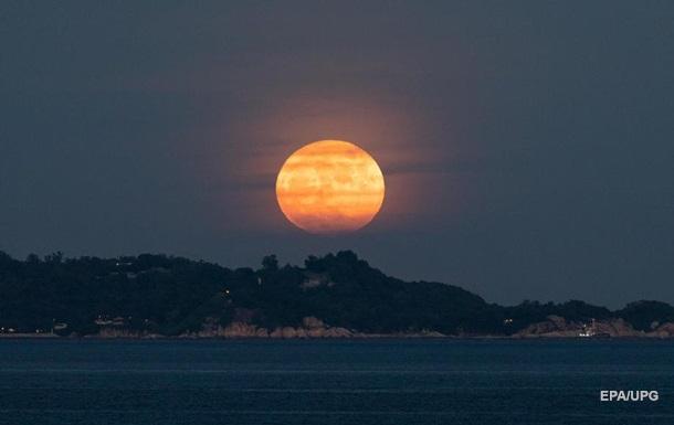 Над Землей взошла  осетровая  Луна
