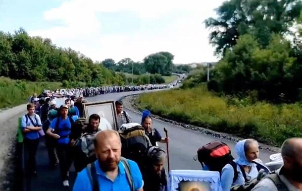 Десятки тисяч прихожан УПЦ МП йдуть хресним ходом у Почаїв