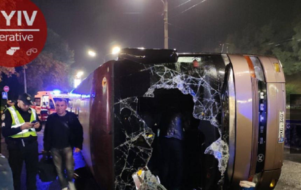 В Киеве перевернулся автобус: 18 пострадавших