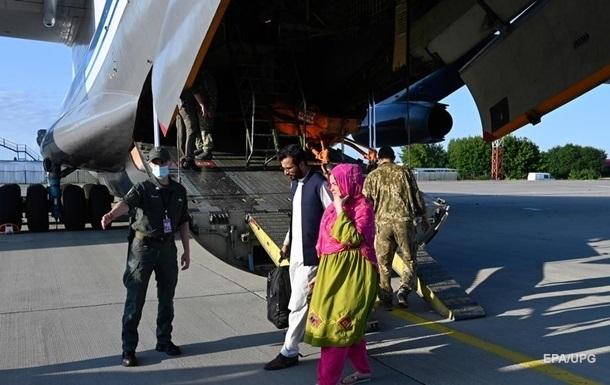 Про статус біженця в Україні попросили вже 65 евакуйованих афганців
