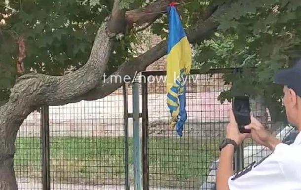 У Києві підлітки підпалили прапор України