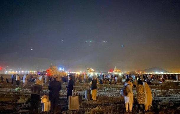 Понад 10 тисяч людей очікують евакуації в аеропорту Кабула