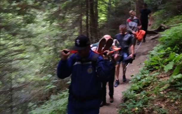У Карпатах туристка травмувала ногу: її евакуювали рятувальники