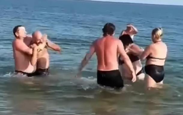 У Бердянську відпочивальники побилися через медуз