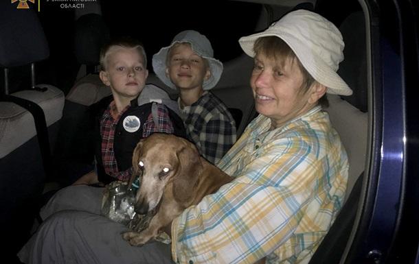 На Закарпатті рятувальники знайшли в лісі жінку і двох дітей