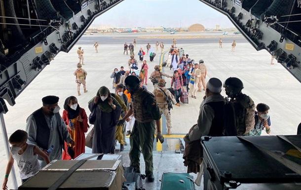 Водій з Пакистану заїхав подивитися на аеропорт Кабула й опинився в США