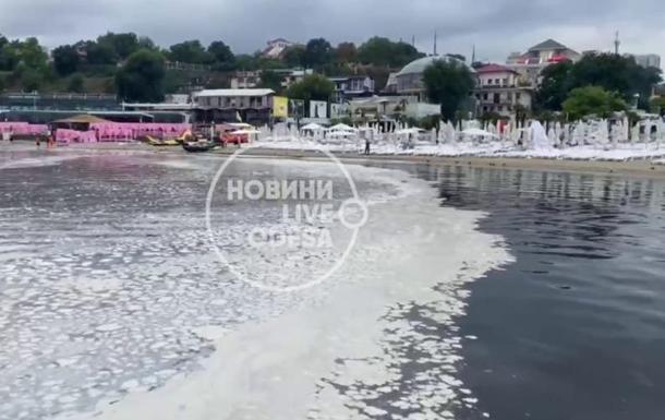 Море в Одесі вкрилося білими плямами