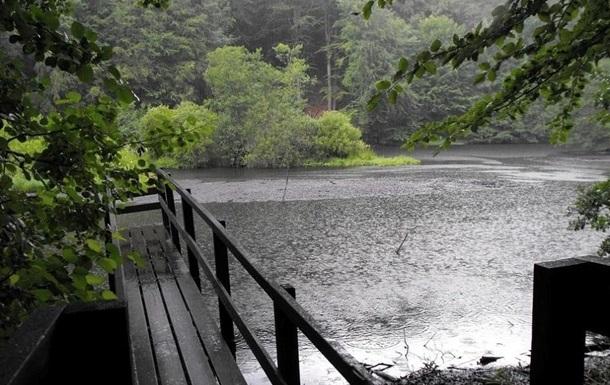 Погода вихідними: місцями потеплішає, дощі