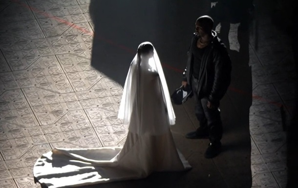 Кім Кардаш ян з явилася на шоу Каньє Веста у весільній сукні