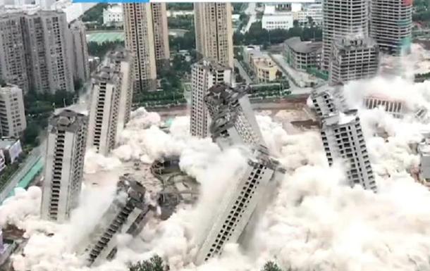 У Китаї одночасно знесли 15 хмарочосів