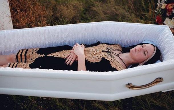 В Днепре презентовали женскую одежду для похорон