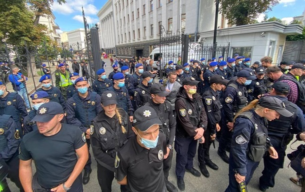 Біля ОП перед візитом Зеленського в США проходять акції