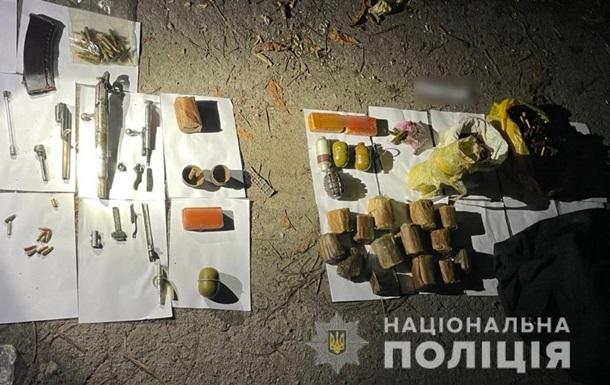 Під Києвом знайшли схованку з боєприпасами та вибухівкою