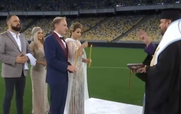 У Києві наречена влаштувала вінчання на стадіоні