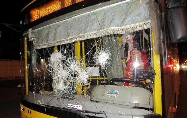 Розгромили тролейбус і побили водія: поліція затримала двох киян