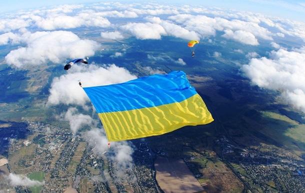 Самый большой флаг Украины: в небе под Киевом установлен рекорд