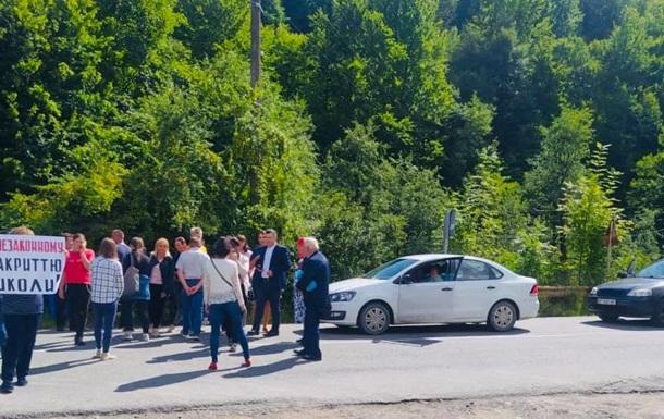 На Прикарпатье перекрыли дорогу из-за закрытия школы