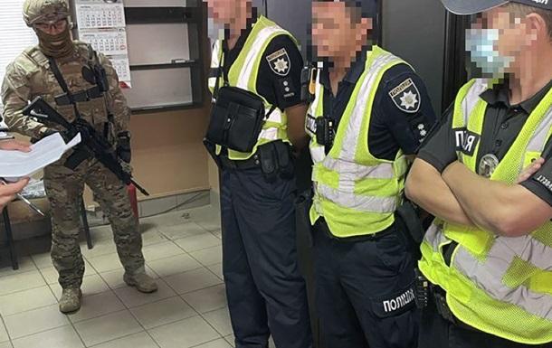 На Херсонщині патрульні вимагали гроші з водіїв перевантажених фур