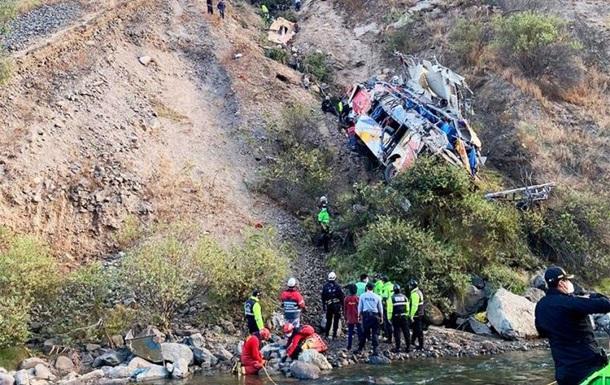 В Перу очередной автобус с пассажирами рухнул с высоты 200 метров