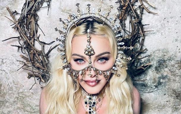 Мадонна розбурхала відвертими позами на фото