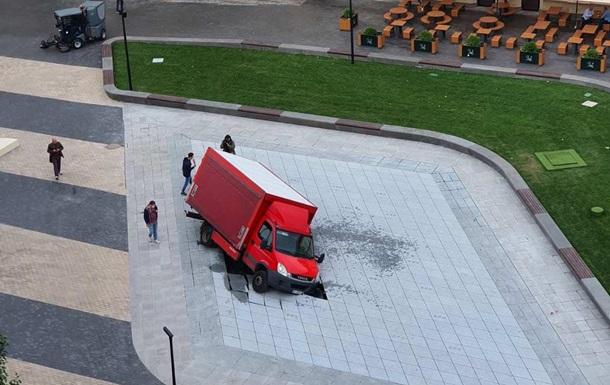 У центрі Києва вантажівка пошкодила новий фонтан