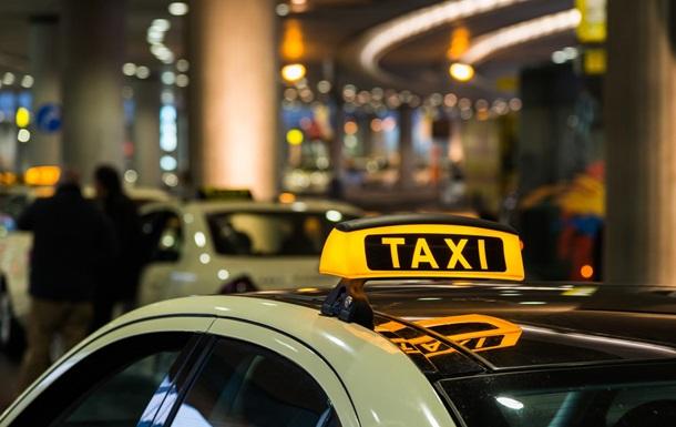 Не заплатившего за такси жителя Днепра заставили вылить на себя зеленку