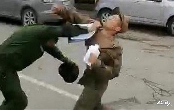 У Росії солдат побив військових комендантів прямо на вулиці