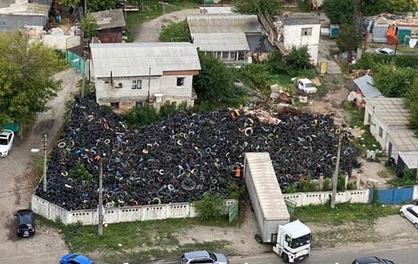 В спальном районе Киева образовалась огромная свалка автопокрышек
