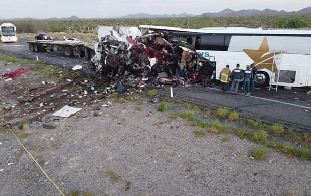 У Мексиці зіштовхнулися автобус і фура: 16 загиблих