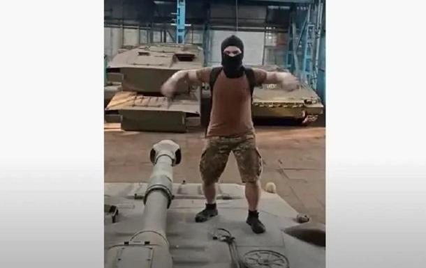 В Харькове блогеры проникли на охраняемый военный завод и станцевали на САУ