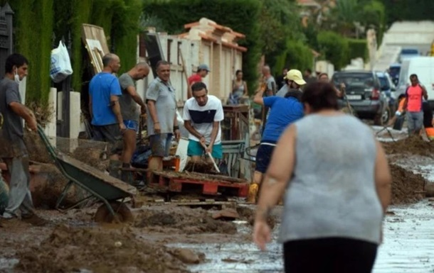 В Испании расчищают улицы после масштабного наводнения