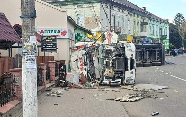 На Львівщині вантажівка в їхала в магазин: четверо загиблих