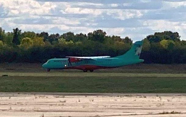 Самолет с нардепами от ОПЗЖ приземлился в закрытом аэропорту Полтавы