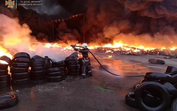 На Киевщине горел крупный склад покрышек