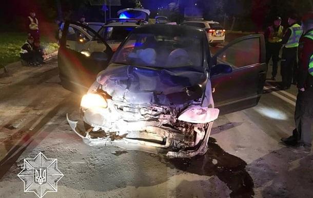 Во Львове пьяный водитель протаранил авто копов
