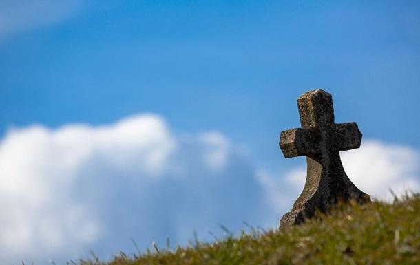 Житель Львова устроил нелегальное кладбище на захваченной земле