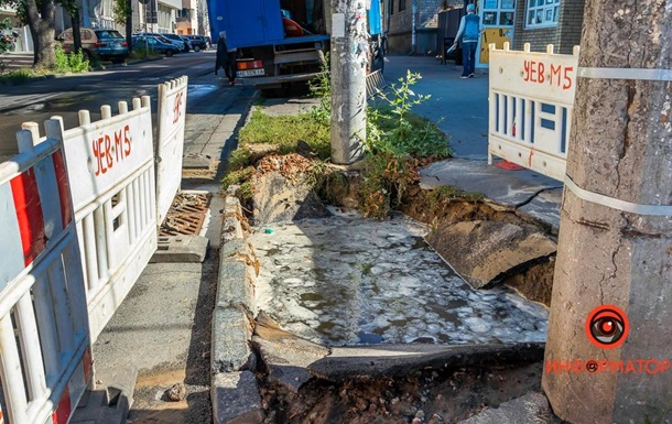 Студентка провалилась в яму с водой в Днепре