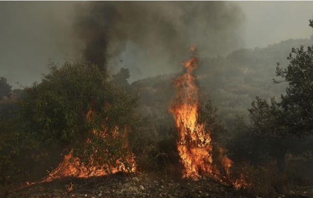 В Греции на горе Афон горит лес