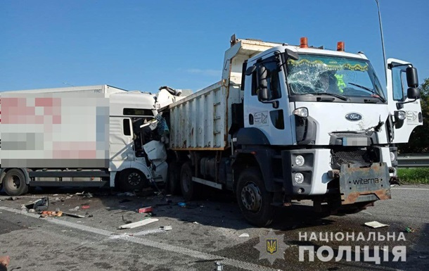 У Рівненській області масштабне ДТП за участю трьох вантажівок