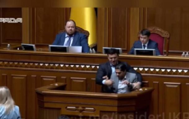 Нардепи влаштували сутичку в Раді: Тищенко намагався виштовхати Лероса із трибуни