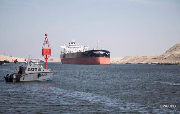 Танкер наскочив на мілину в Суецькому каналі
