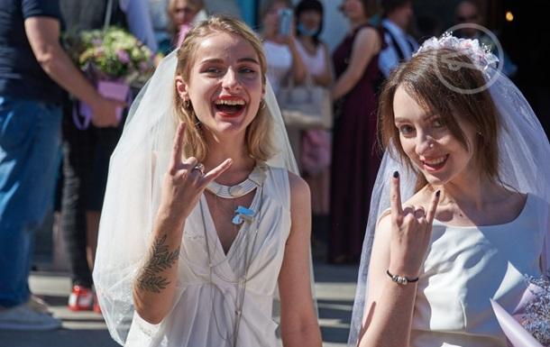 У Харкові двоє дівчат  зіграли весілля