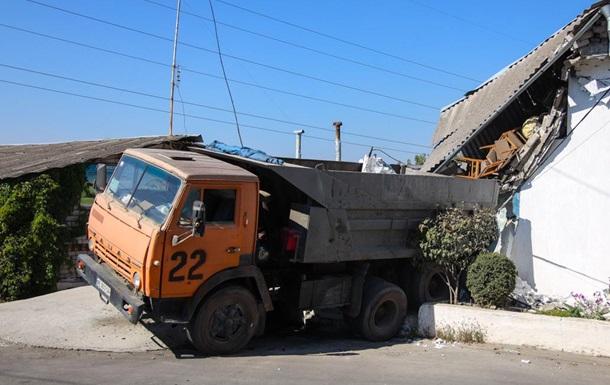 В Днепре грузовик КамАЗ протаранил жилой дом