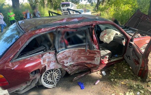 На Киевщине легковушка влетела в дерево: погибла женщина