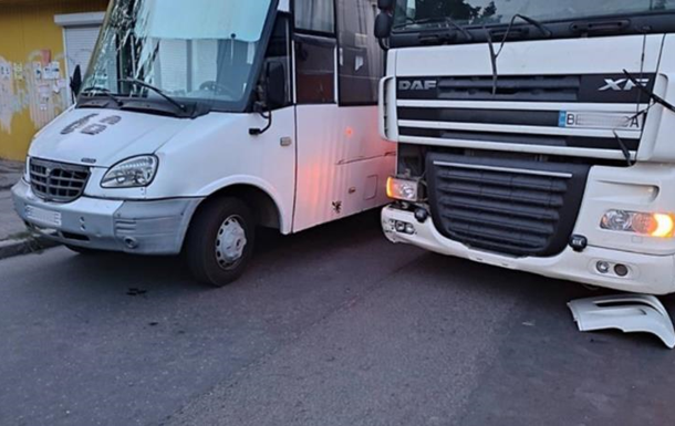 Пасажири маршрутки побили водія фури