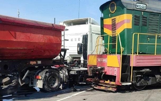 У Київській області вантажівка зіткнулася з локомотивом
