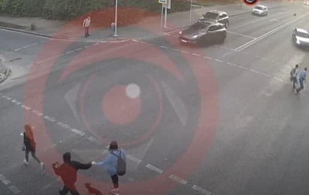 В Днепре Mercedes сбил четырех человек и врезался в жилой дом