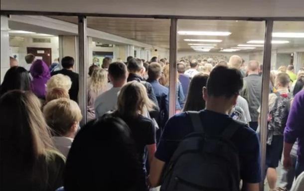 В Киеве на двух станциях метро образовались толпы