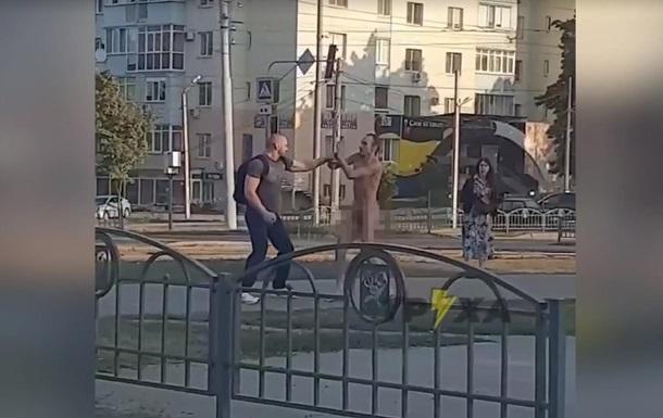 В Харькове голый мужчина кидался на прохожих