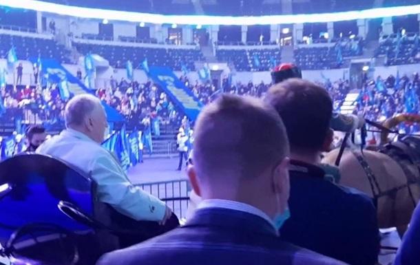 Жириновский приехал на партийный съезд на тройке с кучером